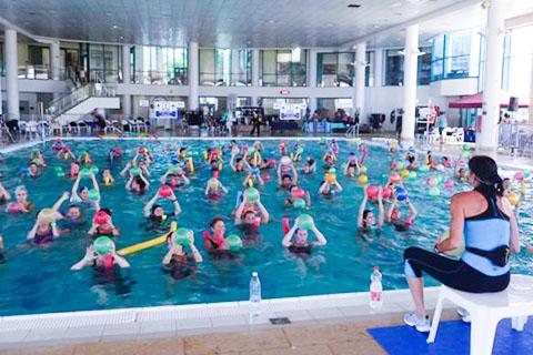 אנשים בבריכה